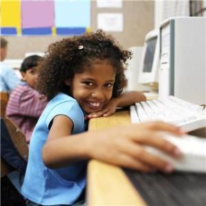 Criança computador sala de aula